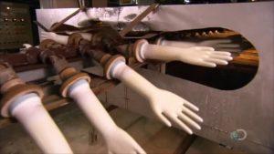 Процесс сушки будущих перчаток